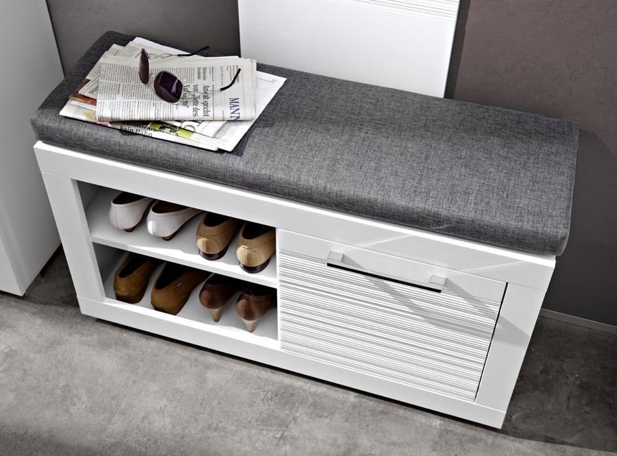 Выбирая прихожую, укомплектованную пуфиком для сидения, учитывайте, в первую очередь, из какого материала он изготовлен