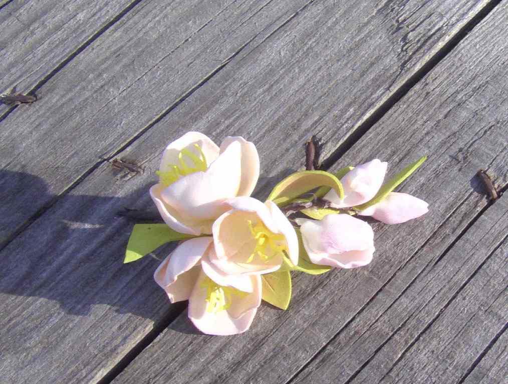Если вы не успели сделать выкройку, тогда смастерить цветок вам поможет специальный фигурный дырокол