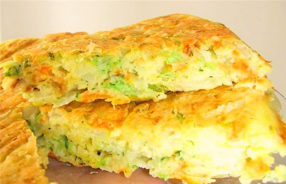 Майонез придаст тесту нежную консистенцию, а сочная начинка из капусты с добавлением любимых ингредиентов, придаст пирогу пикантности