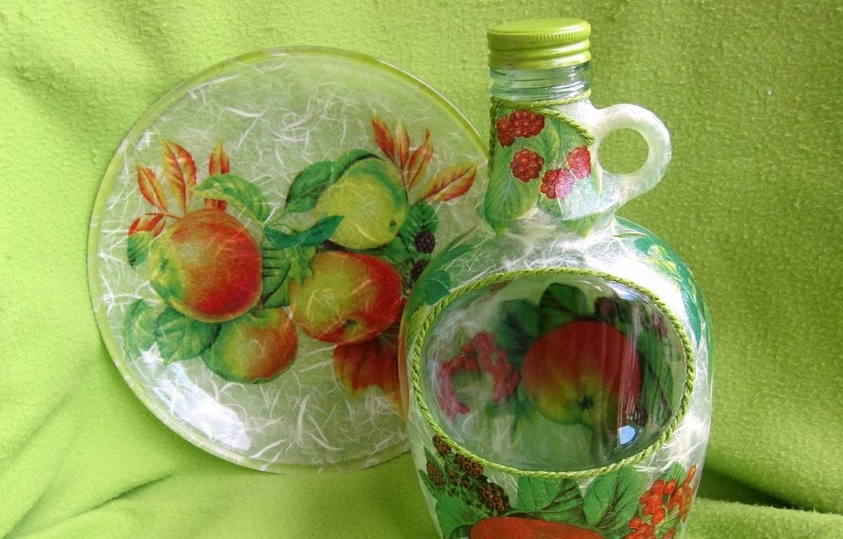 После декупажа бутылки ее поверхность рекомендуется покрыть тонким слоем акрилового лака