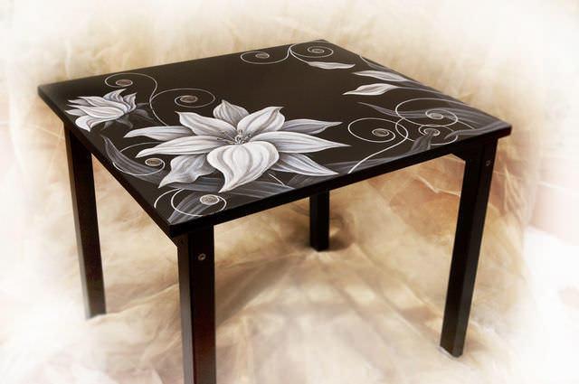 Рисунки цветов являются одним из самых распространенных видов росписи стола на кухне
