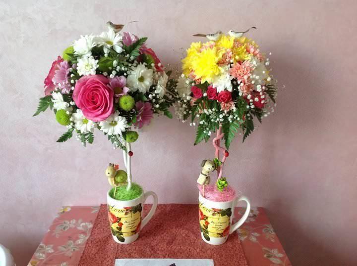 Топиарий из живых цветов - замечательная идея для поздравительного сувенира