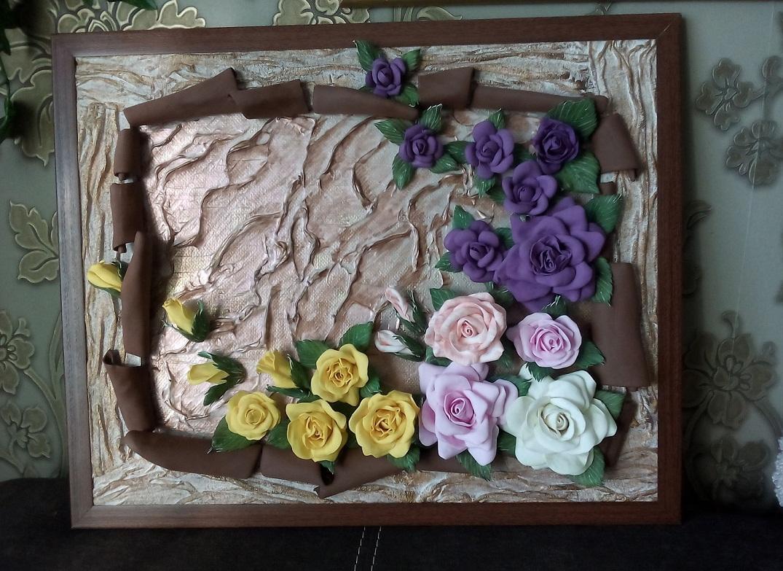Чтобы закрепить цветки из фоамирана, нужно использовать специальный клей, который можно приобрести в магазине для рукоделия