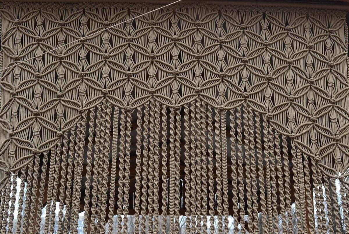 Выбирать цвет ниток для штор-макраме следует, исходя из стиля и площади помещения, в котором они будут находиться