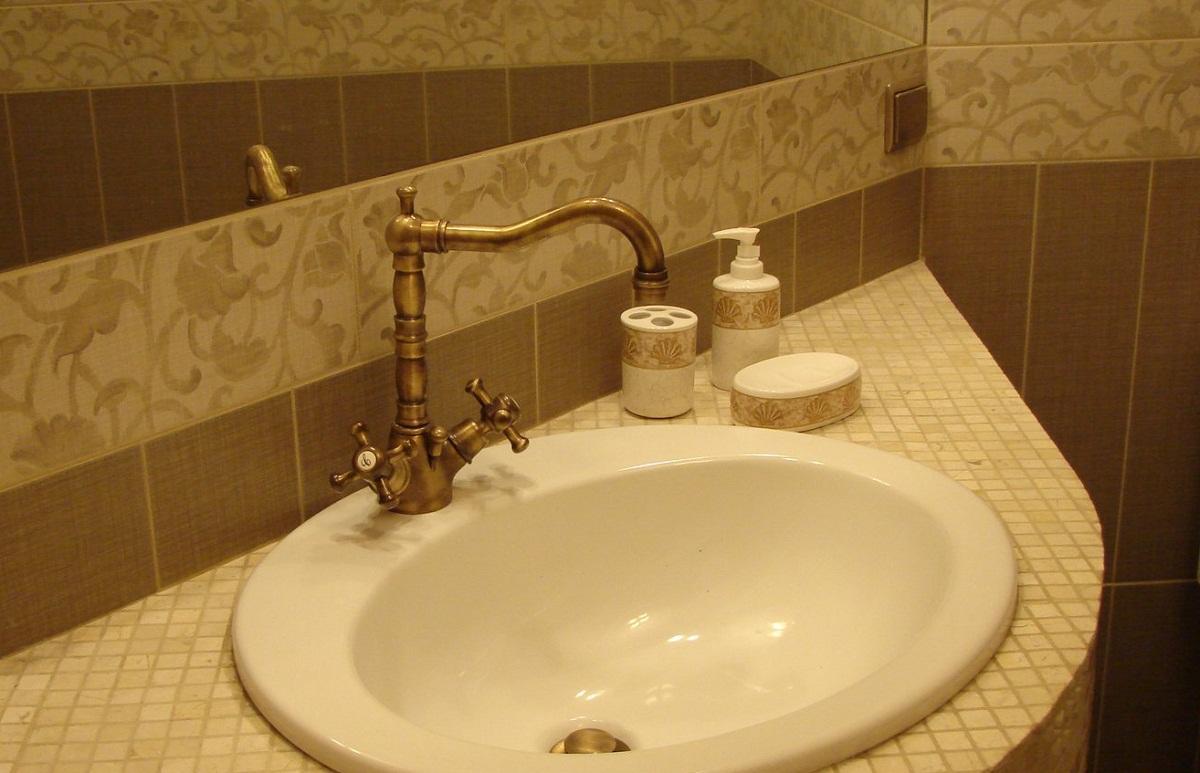 Раковина из мозаики хорошо смотрится в интерьере ванной комнаты, сделанной в классическом стиле