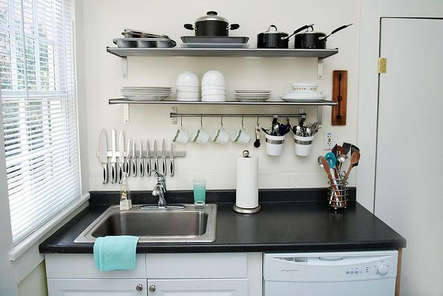 И без того маленькую кухню лучше не загромождать различными декоративными элементами. В качестве оригинального украшения может послужить магнитный рейлинг для ножей на фартуке