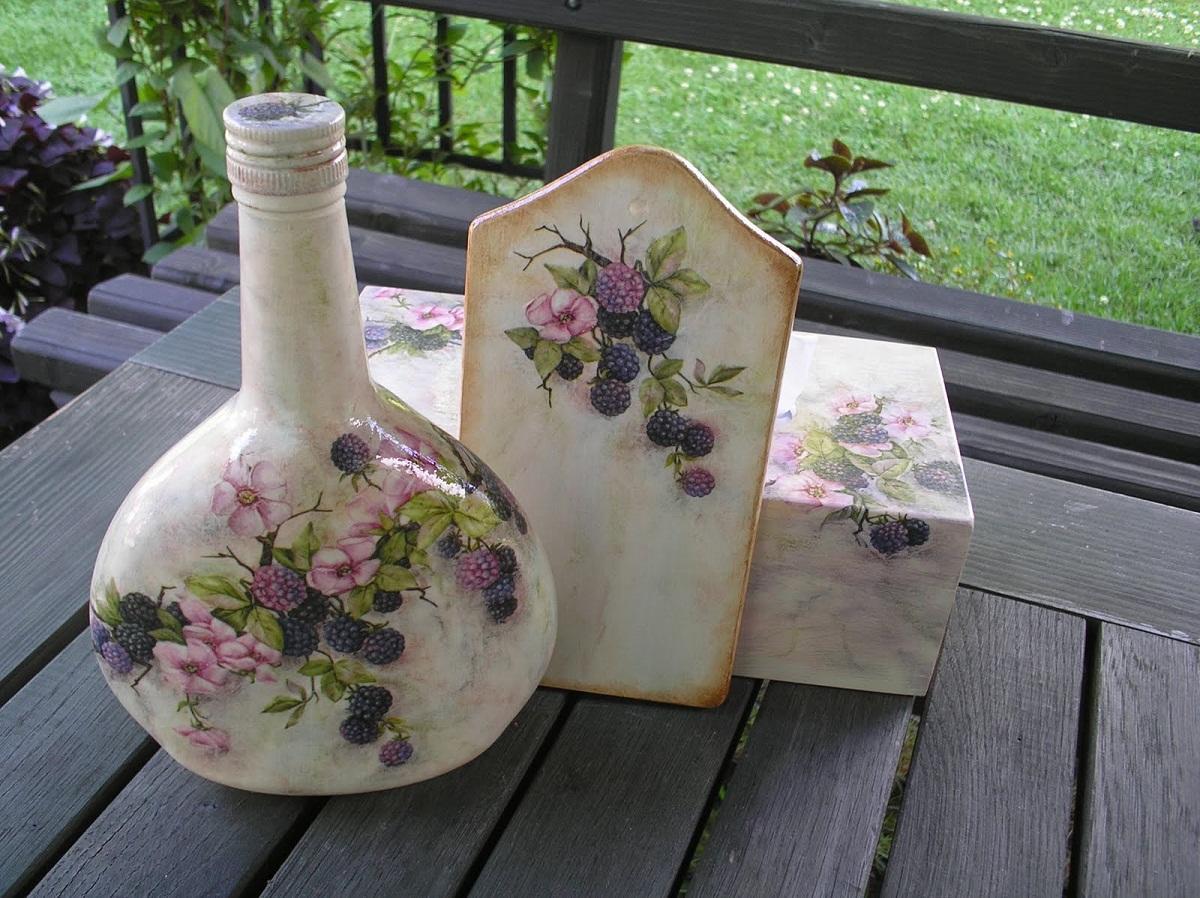Благодаря технике декупаж можно украсить бутылку с вином, нанеся на нее изображение с ягодами