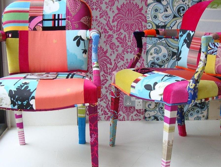 При декупаже мебели можно комбинировать ткань, используя разные цвета и тематики