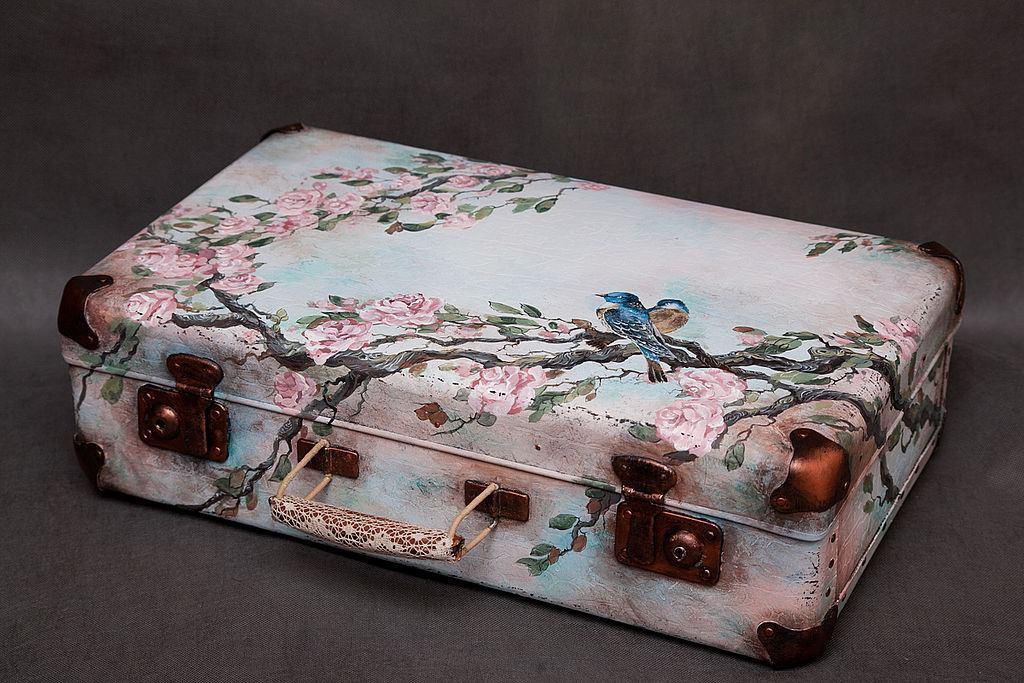 Сделать декупаж чемодана несложно, однако для того чтобы получить прекрасный результат, следует приготовить качественные материалы и выделить несколько часов свободного времени
