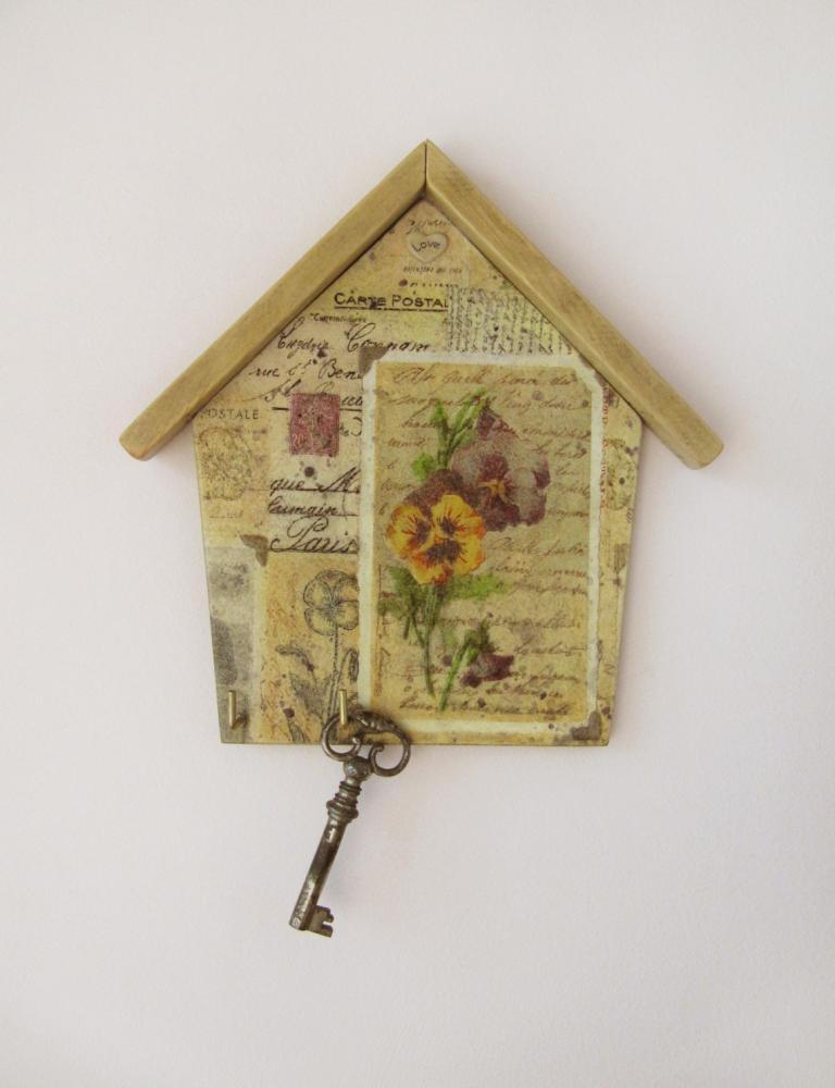Подбирать картинку для декупажа ключницы следует с учетом дизайна помещения, где она будет висеть