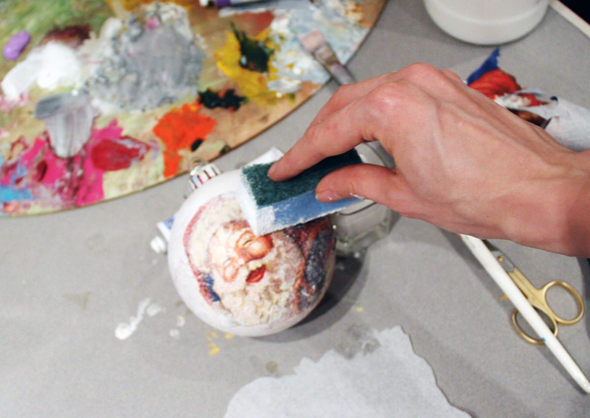 Украсить новогодний шар можно самостоятельно, главное – заранее подготовить все необходимые материалы для работы