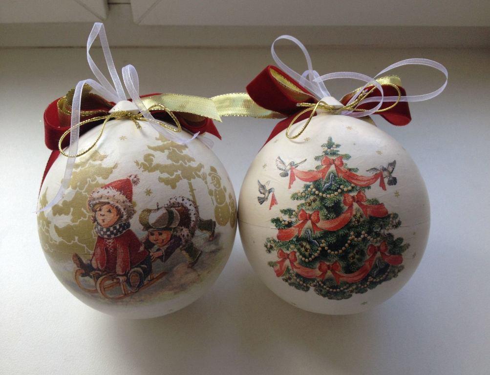 Даже самый обычный новогодний шар, который украшен при помощи техники декупаж, обязательно создаст праздничную атмосферу