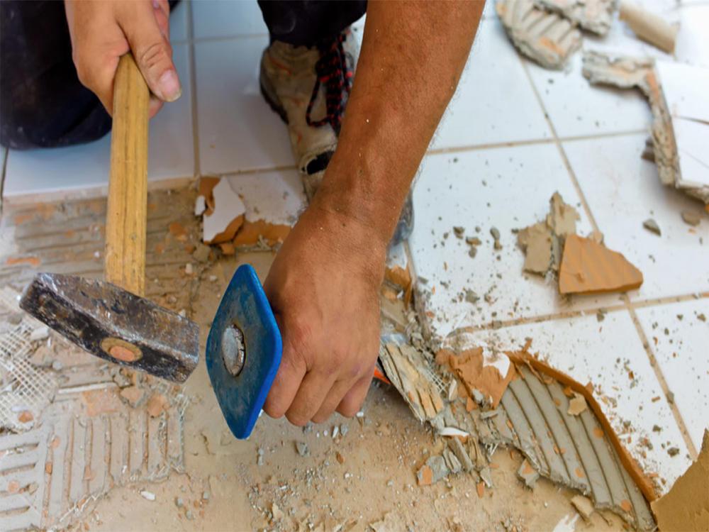 Приступая к демонтажу плитки в ванной комнате, необходимо заранее подготовить нужные инструменты для работы