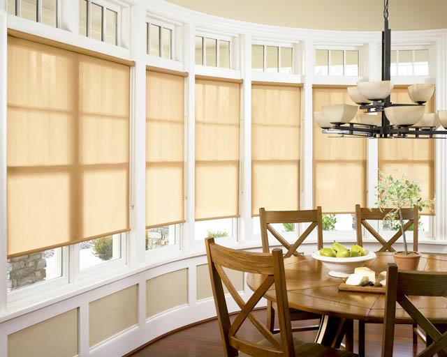 Рулонные шторы позволяют с легкостью регулировать освещенность кухни