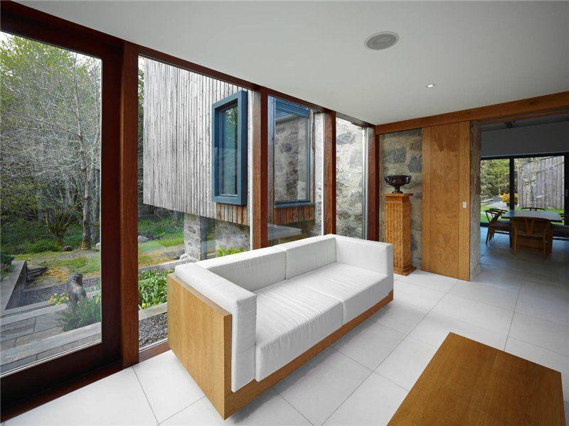 Красивый и практичный потолок в гостиной украсит интерьер помещения и сделает комнату более уютной