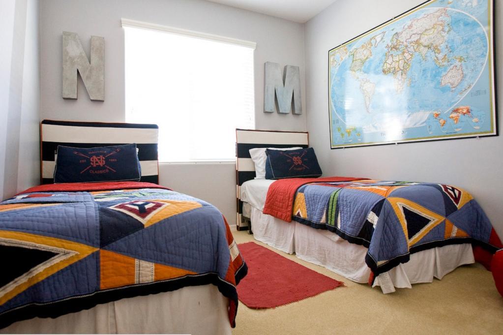 Отличным вариантом для оформления мальчиковой комнаты станут пастельные или голубые тона