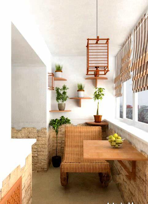 Использование складного обеденного стола на балконе - очень рациональное и удобное решение