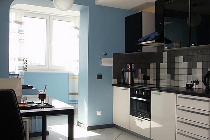 Если объединить кухню с балконом, можно получить много пространства и комфорта