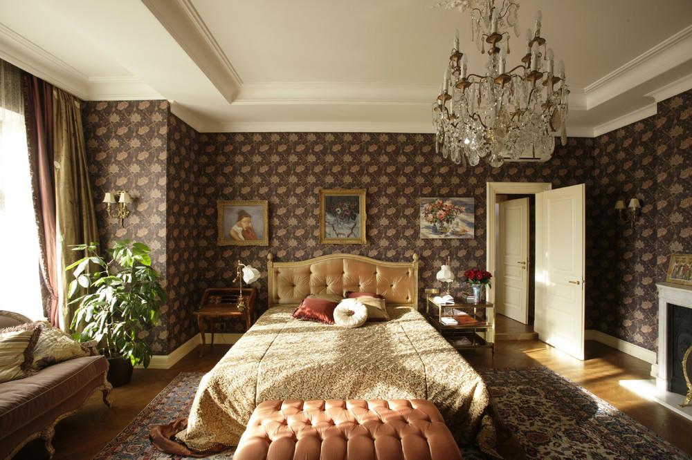 Наиболее органично коричневые стены будут смотреться в спальне в английском стиле