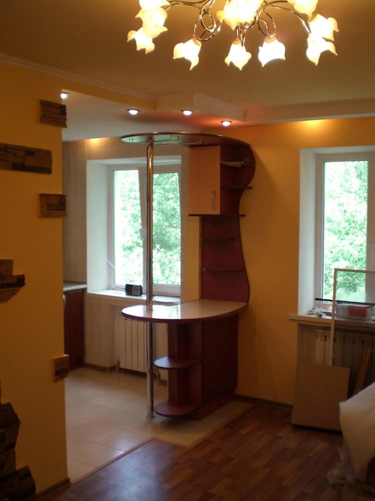 Совмещенное помещение будет намного светлее, так как два окна справляются с этой функцией гораздо лучше, чем одно