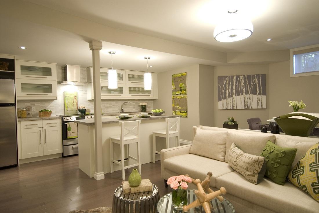 Если кухня-гостиная небольшая, то большую часть площади следует выделить на обустройство гостиной