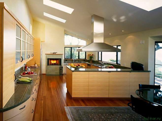 Планировка загородного дома, как правило, подразумевает множество комнат оригинальной формы, в которых даже обычная кухня будет смотреться весьма необычно