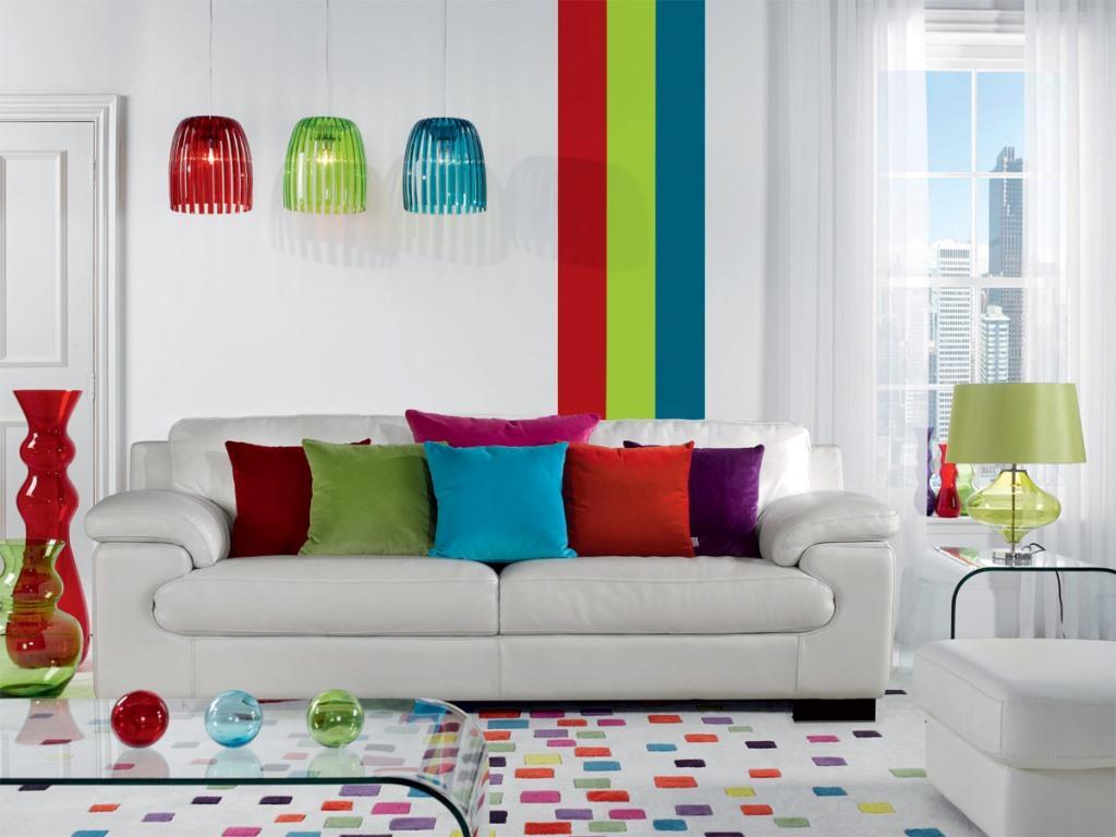 Сочетание двух красок в интерьере будет смотреться не очень контрастно, приятно взору, но три цвета сделают интерьер легким и воздушным, а домочадцы будут чувствовать себя <em>интерьер гостинной с цветами</em> непринужденно, деятельно и счастливо