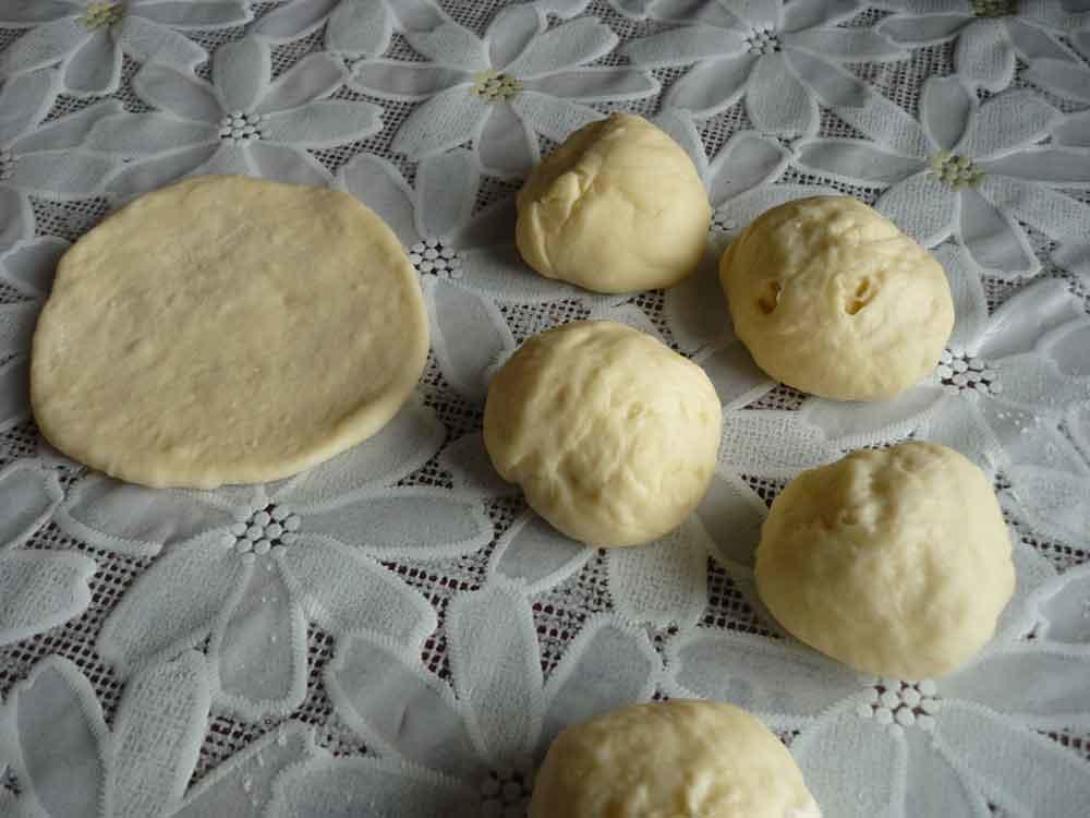 Тесто делим на равные кусочки, с которых формируем булочки
