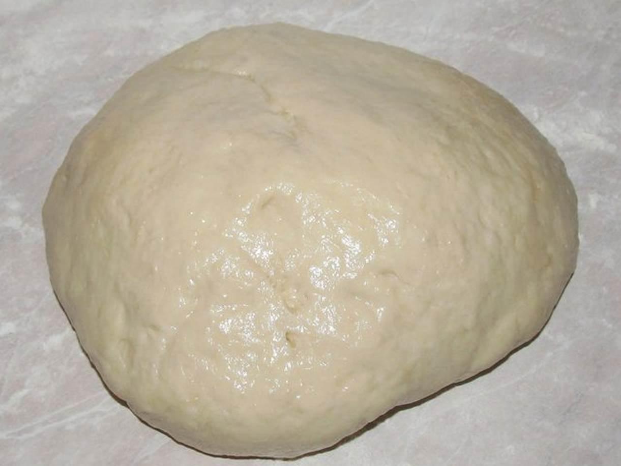 Ждем 30-40 минут пока тесто подойдет и начинаем вкатывать в него промытый и просушенный изюм