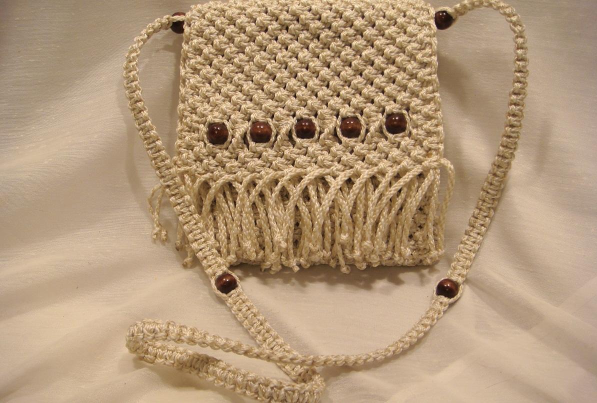 Для изготовления сумки макраме следует выбирать качественные нитки, которые не линяют и не выгорают на солнце