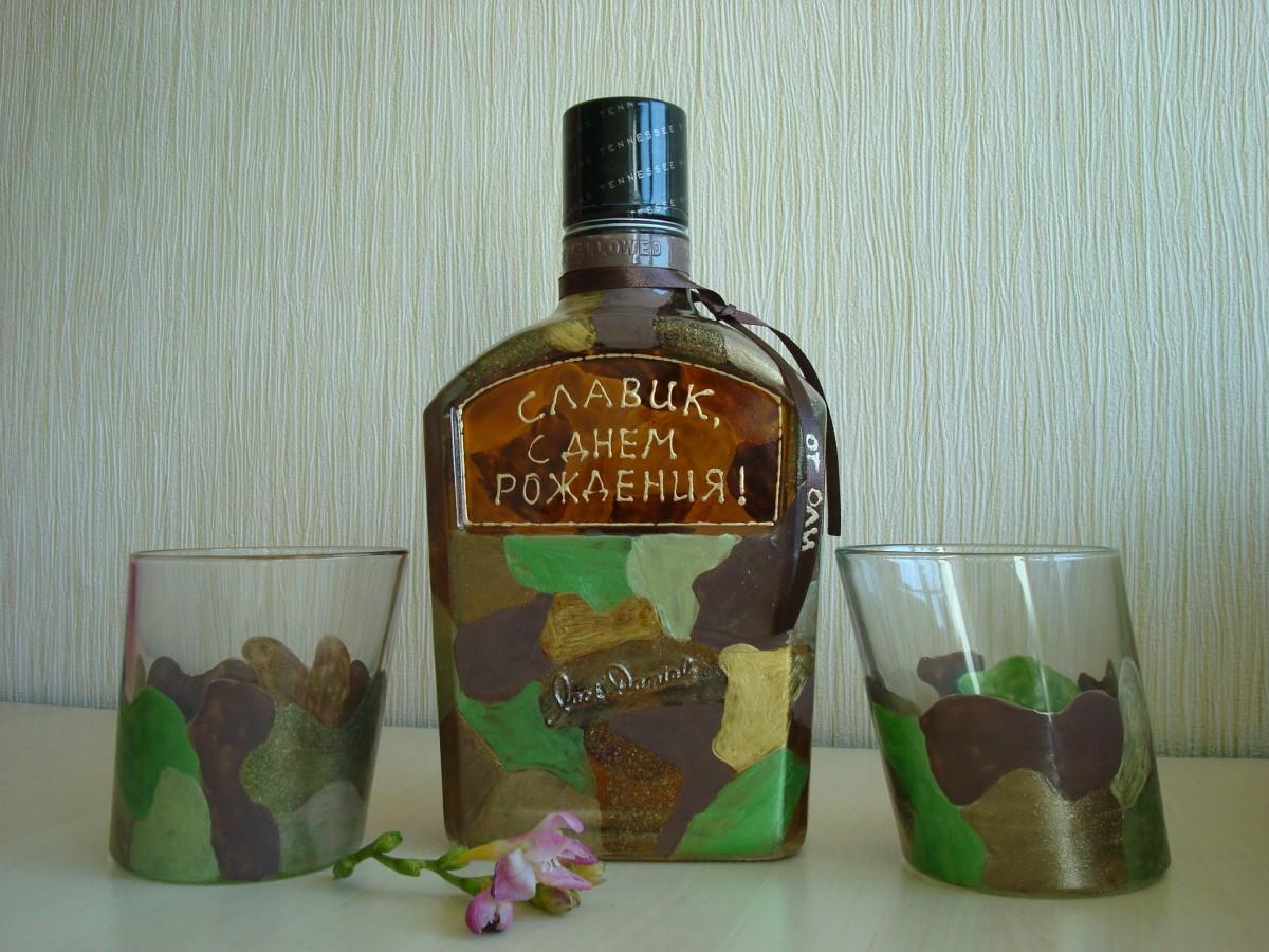 Бутылка коньяка, украшенная в технике декупаж, является отличным подарком на День рождения