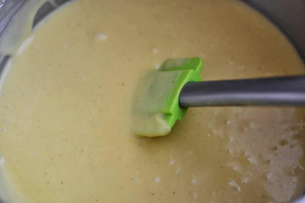 Аккуратно выливаем тесто на сковородку, одновременно разравнивая его по всей площади