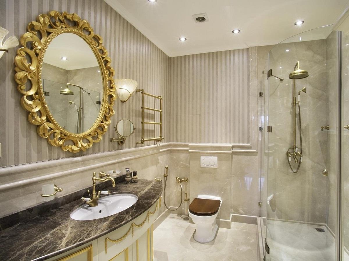 В ванную, сделанную в классическом стиле, хорошо впишется большое круглое зеркало с широкой рамкой