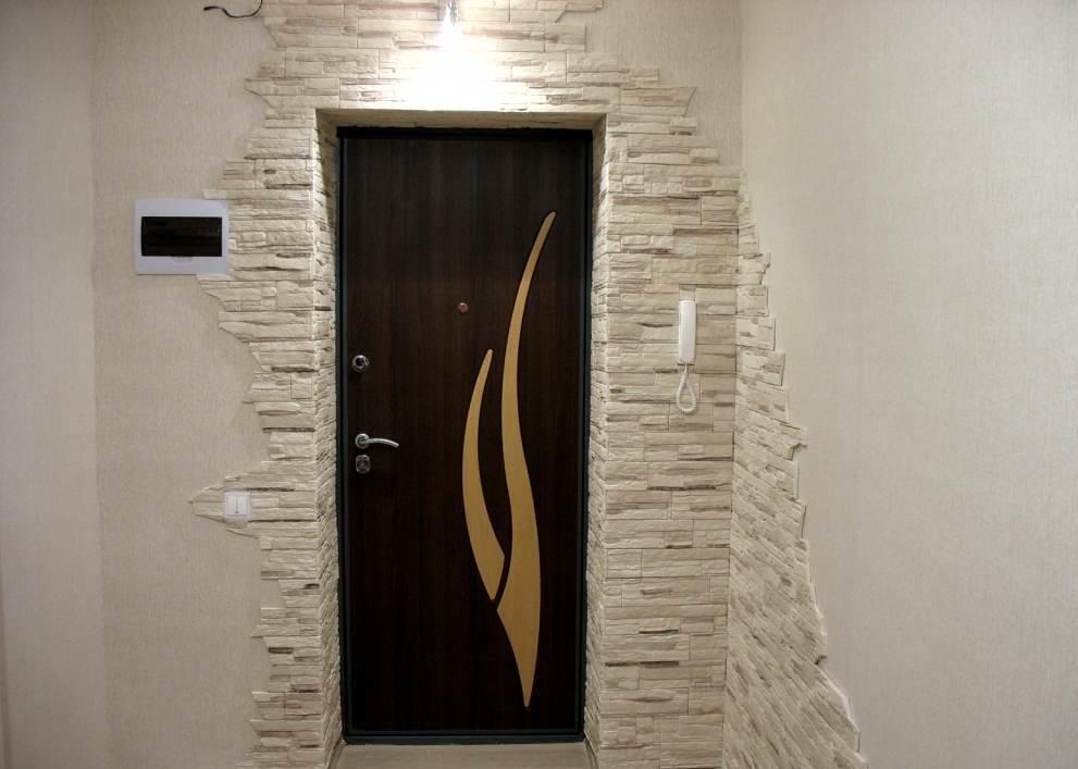 Преимущество искусственного камня в том, что его легко можно закрепить на поверхность стены