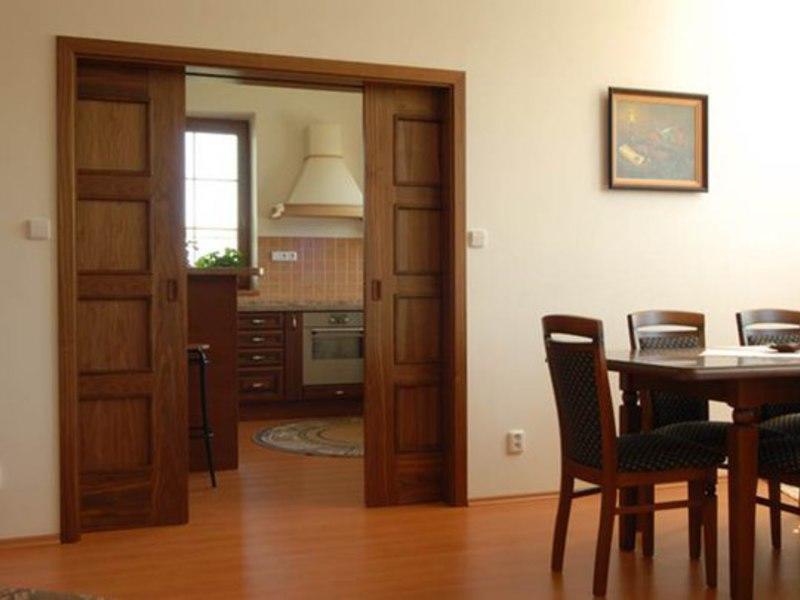 При выборе выдвижных дверей следует учитывать их качество, внешний вид и основные характеристики