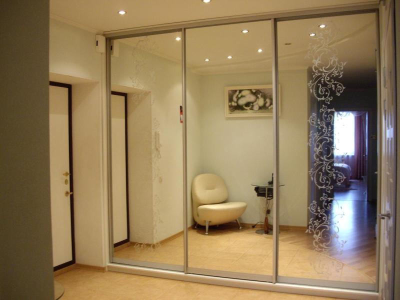 В интерьере прихожей красиво будут смотреться зеркальные раздвижные двери-купе для ниши