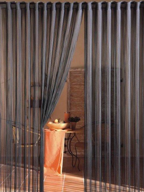 Несмотря на прозрачную воздушную структуру, нитевые шторы вполне способны создать в интерьере уютную и комфортную атмосферу