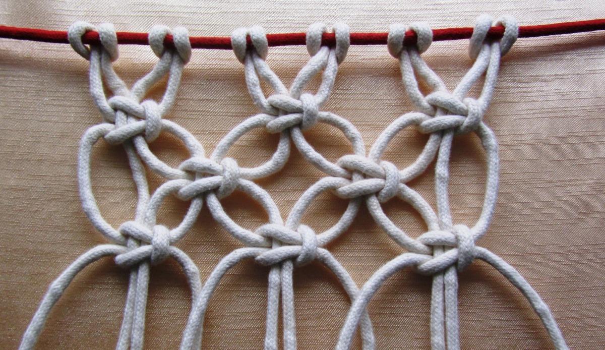 Популярным среди рукодельниц является плоский узел