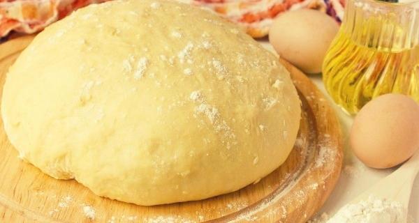 Лучше всего тесто готовить на молоке или кефире. Благодаря этим компонентам оно получается воздушным, пышным, нежным и долго сохраняет свежесть