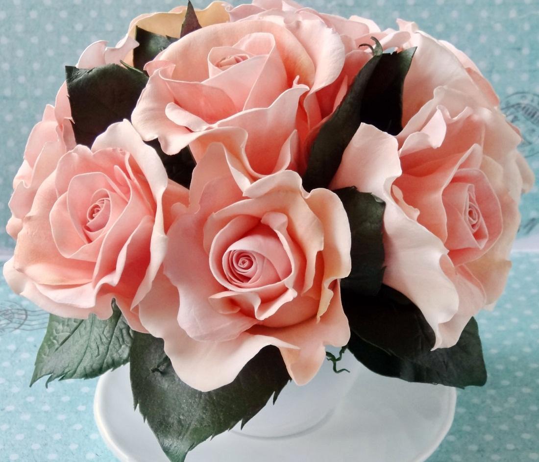 Розы для букета из фоамирана можно выполнить в любом цвете