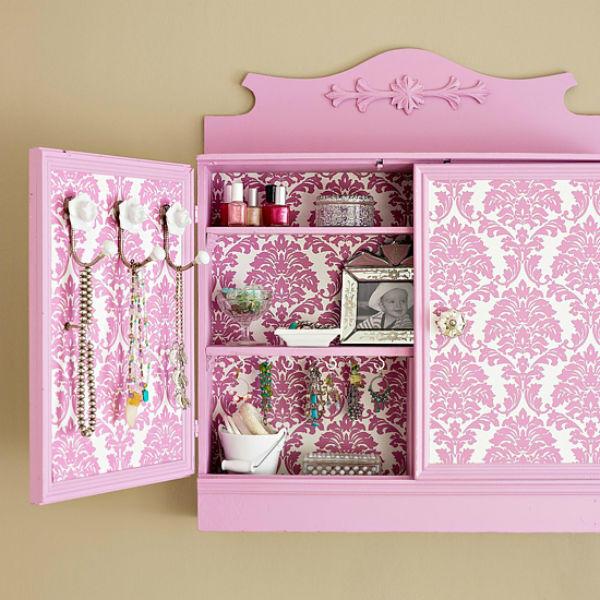 При помощи обоев или ткани можно из старого шкафа создать уникальный предмет интерьера