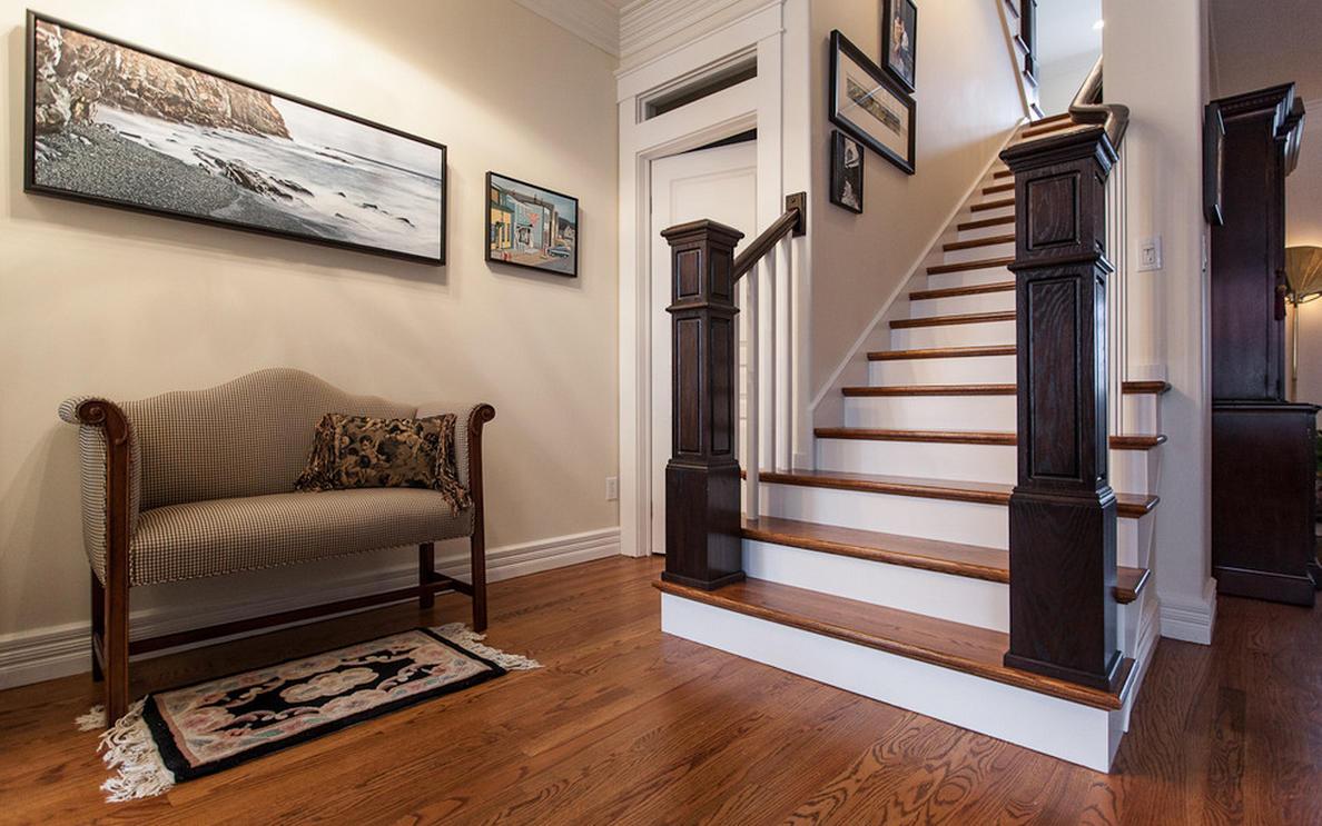 Украсить классический интерьер в загородном доме вам поможет сдержанная и красивая лестница в английском стиле