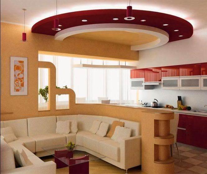 Кухню 15 кв. м, совмещенную с гостиной, можно визуально объединить конструкцией на потолке