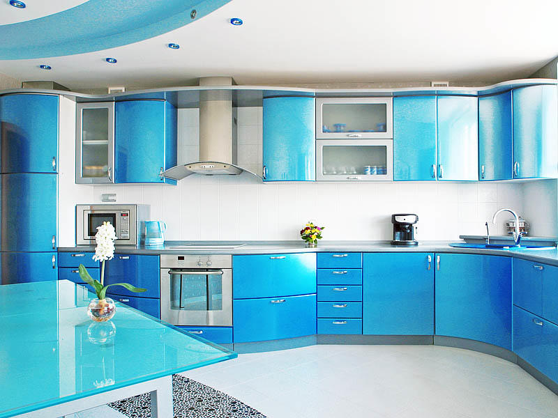 Использование синего наиболее распространено в кухнях современных стилей, реже - в провансе и практически полностью отсутствует в кантри