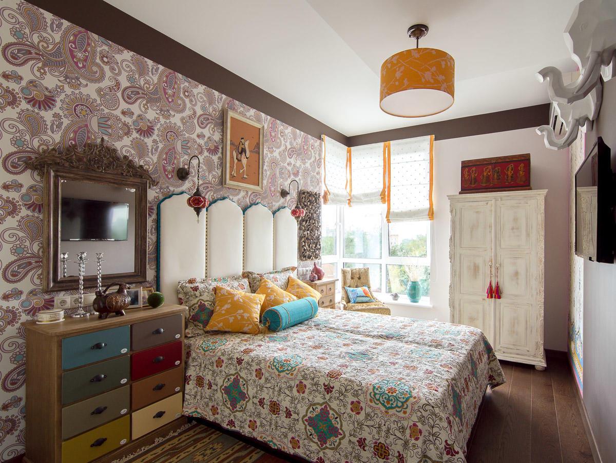 Характерной особенностью кровати в восточном интерьере является высокая спинка