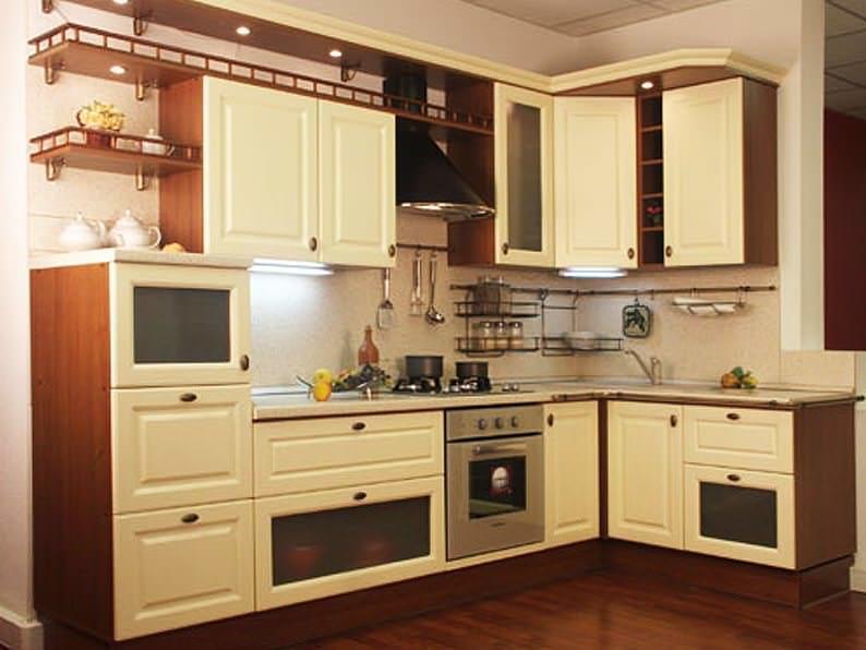 Кухонные гарнитуры эконом класса обладают меньшим количеством декора и функциональных элементов