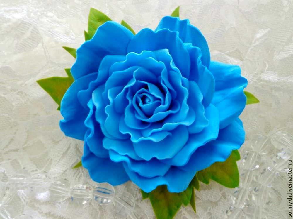 Цветы из фоамирана очень похожи на натуральные цветы, поэтому данный материал активно используется в декоре