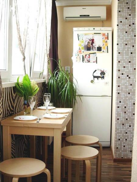 Помимо холодильника, на балкон можно вынести и обеденную зону