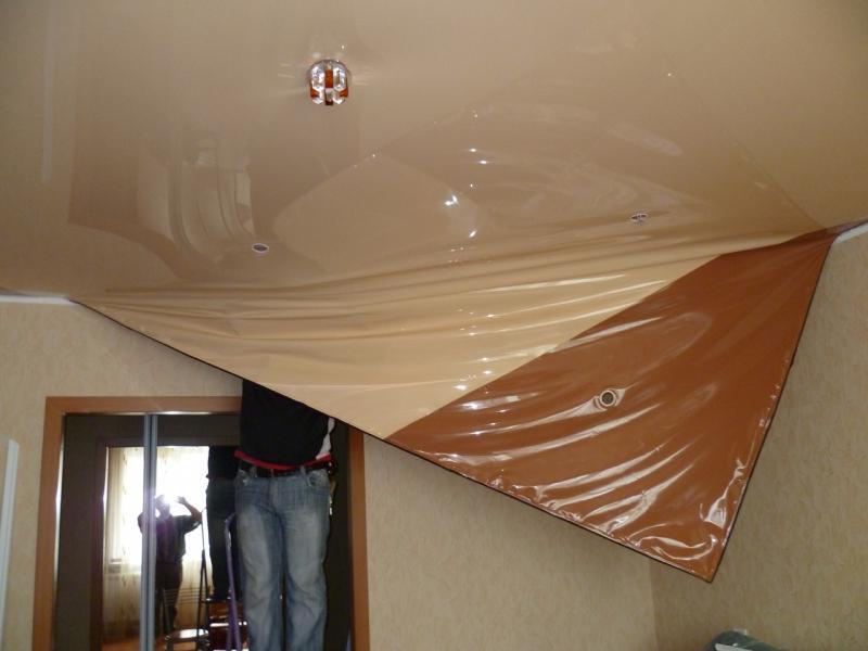Слив воды с натяжного потолка: как убрать самостоятельно, как спустить если затопило, что делать если залили соседи, как удалить, видео как просушить