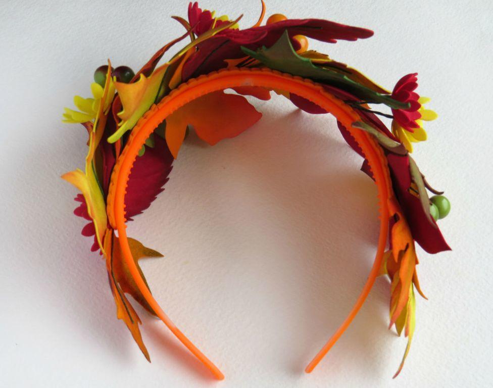 Красивыми осенними листьями из фоамирана можно украсить как поделку, так и обруч для волос